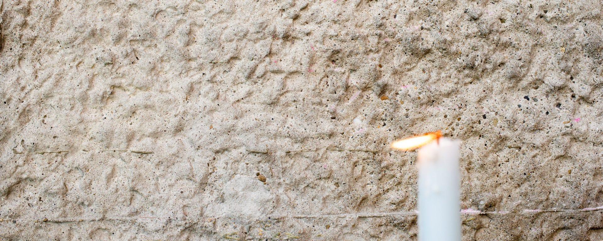 Kaars bij gevel (foto: Hugo Verboven)
